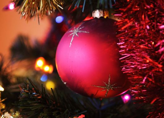800px-Christmas_tree_red_bauble