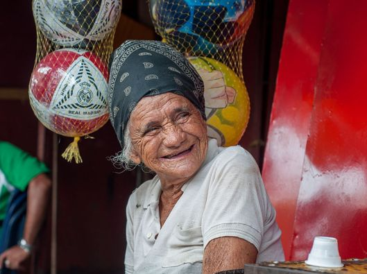 800px-Old_woman_selling