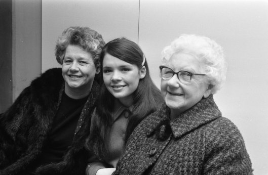 Dana_with_mother_and_grandmother_1