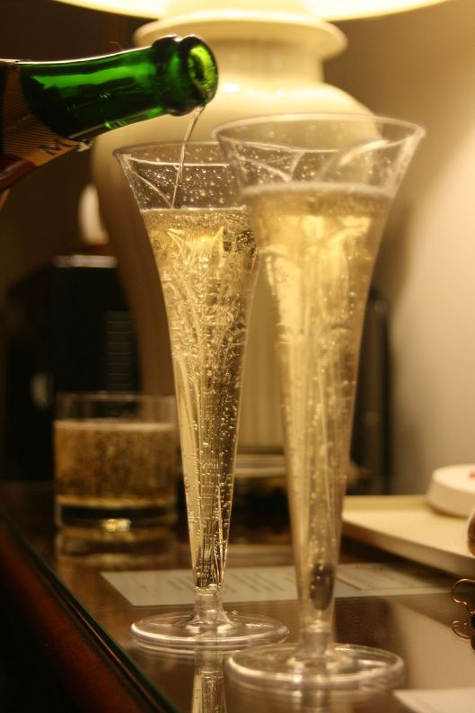 800px-Pouring_two_champagne_glasses