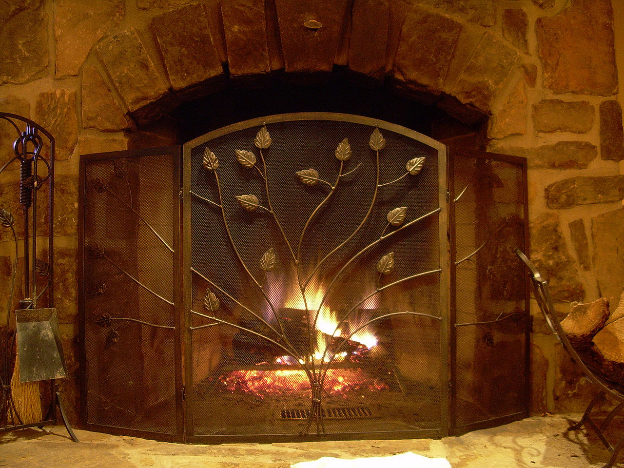 1280px-Cabin_fireplace